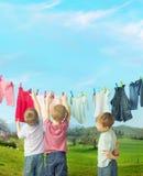 Rapazes pequenos bonitos que fazem a lavanderia Fotos de Stock Royalty Free