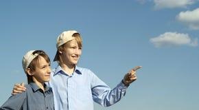 Rapazes pequenos bonitos que levantam fora Fotos de Stock Royalty Free
