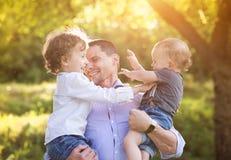 Rapazes pequenos com seu paizinho Imagens de Stock Royalty Free