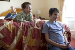 Rapazes pequenos de E que prestam atenção à tevê Foto de Stock Royalty Free