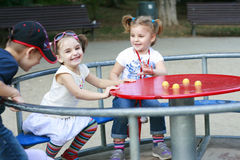 Rapazes pequenos e meninas que jogam no parque Fotografia de Stock Royalty Free