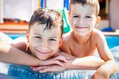 Rapazes pequenos na piscina Imagens de Stock Royalty Free