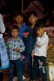 Rapazes pequenos que comem o melão durante o festival do mercado do amor Imagens de Stock