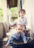 Rapazes pequenos que jogam fora da casa Fotografia de Stock