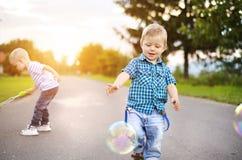 Rapazes pequenos que jogam fora da casa Fotos de Stock Royalty Free