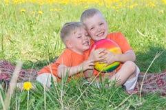 Rapazes pequenos que jogam no prado Fotos de Stock