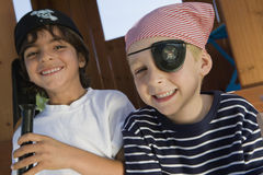 Rapazes pequenos que jogam o pirata Imagens de Stock Royalty Free