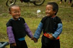 Rapazes pequenos que riem durante o festival do mercado do amor Foto de Stock
