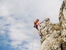 Rapelling Bergsteiger Stockbild