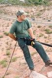rapelling rock för klättrare Fotografering för Bildbyråer