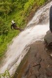 Rapelling Wasserfall stockbilder