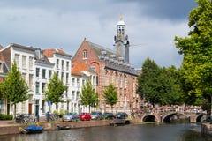 Rapenburg kanal i Leiden, Nederländerna Royaltyfria Foton