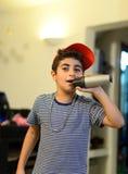 Raper-Junge mit Mikrofon Stockbild