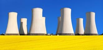 Rapesed pola elektrowni jądrowej chłodniczy wierza zdjęcie stock