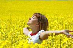 rapeseed девушки поля ослабляя Стоковые Фотографии RF