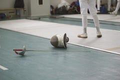 Rapière et masque protecteur sur la farine pendant les concours de clôture Photos libres de droits