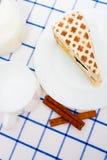 Rapiécez le tiramisu italien de gâteau (dessert) d'un plat blanc cannelle Photos stock
