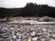 Rapid et rochers de rivière Images libres de droits