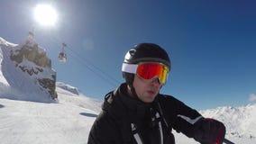 Rapidamente esquiando a Ski Slopes In The Mountains e a muita adrenalina no sangue video estoque