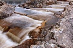 Rapide dans une roche sur un barrage Images libres de droits