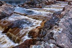 Rapide dans une roche sur un barrage Photographie stock