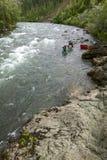 Rapide de rivière de canoë-kayak en Alaska sauvage et à distance Photos stock