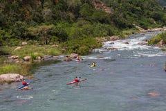 Rapide de rivière de Paddlers de canoë-kayak photo stock