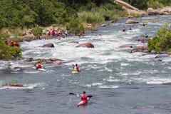Rapide de rivière de Paddlers de canoë-kayak photos stock