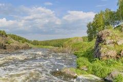 Rapide del fiume su un fondo del giorno di estate delle rocce Immagini Stock Libere da Diritti