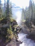 Rapide par des falaises au bas de la page de montagnes Photographie stock libre de droits