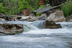 Rapide precipitanti sul fiume di credito Fotografia Stock Libera da Diritti