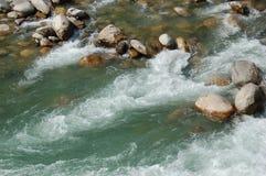 Rapide in un fiume della montagna nel Nepal fotografie stock libere da diritti