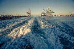Rapidement s'éloignant du terminal industriel de port de cargaison avec Image libre de droits
