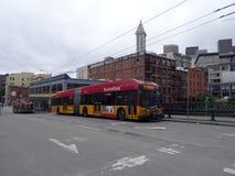 Rapidride stadsbuss i dagen på den Seattle staden Arkivbilder
