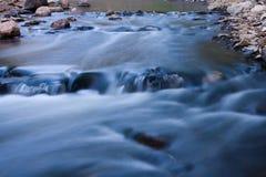 Rapids de fleuve fonctionnant rapidement. Images libres de droits