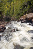 Rapids de fleuve traversant la gorge Images stock