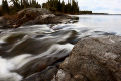 Rapids de Sasagin le long de fleuve d'herbe Images stock