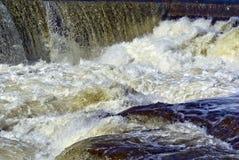 Rapids de Whitewater avec les capuchons blancs image libre de droits