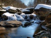 Rapids del río de la montaña en invierno Imagen de archivo libre de regalías