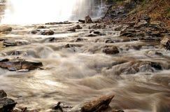 Rapids que llevan lejos de la cascada Imagen de archivo libre de regalías