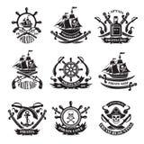Rapini il cranio, le navi del corsaro, simboli di pirateria Insieme di etichette monocromatico royalty illustrazione gratis