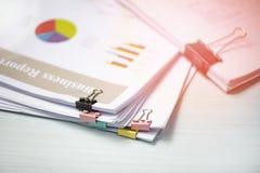 Raportowej papierowego dokumentu teraźniejszości pieniężnego i biznesowego raportu wykresu mapa na biuro stołu tle fotografia stock
