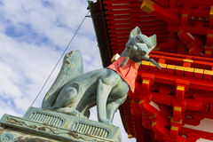 Raposa de pedra no protetor no santuário de Fushimi Inari Imagem de Stock Royalty Free