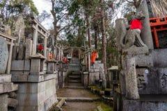 Raposas no templo de Fushimi Inari fotografia de stock