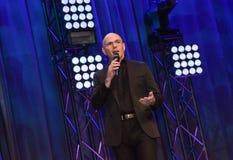 Rappare Pitbull som talar på etapp Arkivfoton