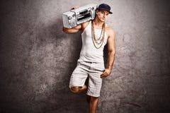 Rappare som lyssnar till musik från en bergsprängare Royaltyfri Fotografi