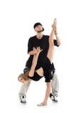 Rapparehåll lägger benen på ryggen av gymnastflicka med klumpa ihop sig royaltyfri fotografi