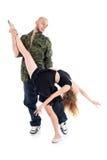 Rapparehåll lägger benen på ryggen och midjan av den behagfulla gymnasten Royaltyfri Bild