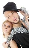Rapparen och den behagfulla flickahållen belägger med metall kedjar Fotografering för Bildbyråer