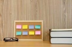 rappel collant de notes sur le panneau et le livre de liège espace de travail d'éducation photo stock